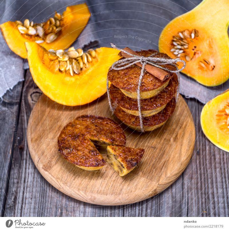 Kürbis Muffins auf einem Holzbrett Gemüse Brot Dessert Frühstück Tisch Essen frisch heiß grau orange Tradition Cupcake Mahlzeit Scheibe Snack gebastelt