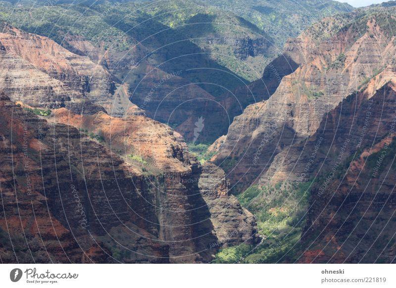 Canyon Landschaft Hügel Felsen Schlucht Waimea Canyon Stein natürlich wild Inspiration Ferne Farbfoto Licht Schatten Sonnenlicht Totale Gesteinsformationen