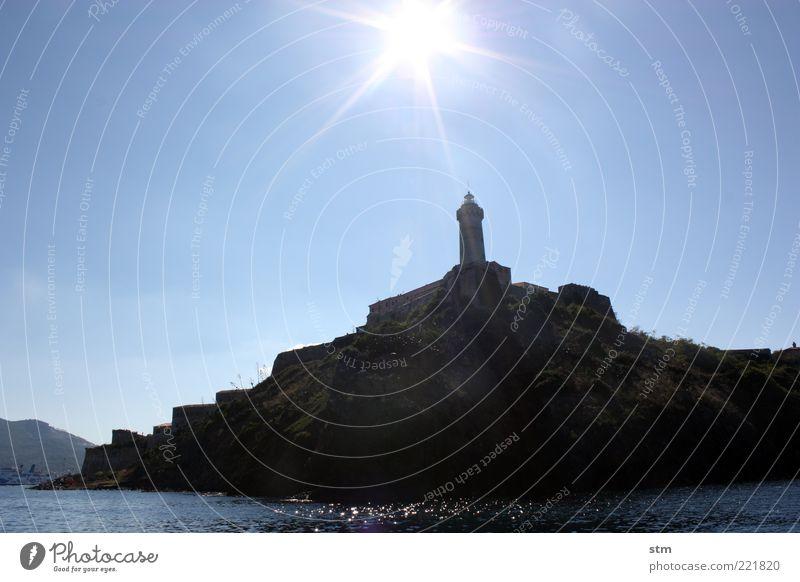 LEUCHTturm [beyond the sea 26] Wasser alt Sonne Meer blau Sommer Ferne dunkel Landschaft Kraft Küste Wellen Felsen Macht Insel bedrohlich