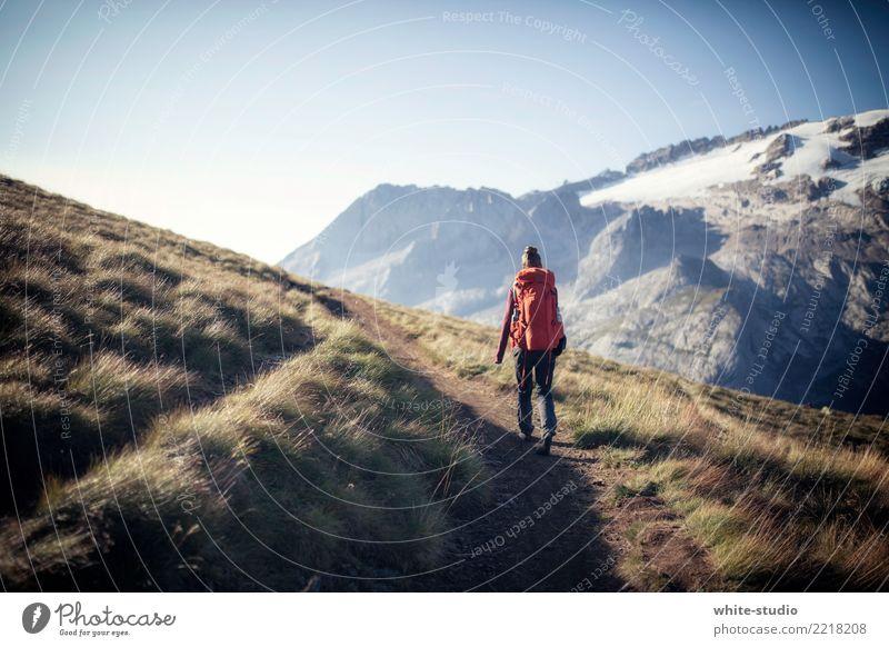 Wanderslust Frau Ferien & Urlaub & Reisen rot Einsamkeit Ferne Berge u. Gebirge Bewegung Freiheit Ausflug Freizeit & Hobby wandern genießen Abenteuer entdecken