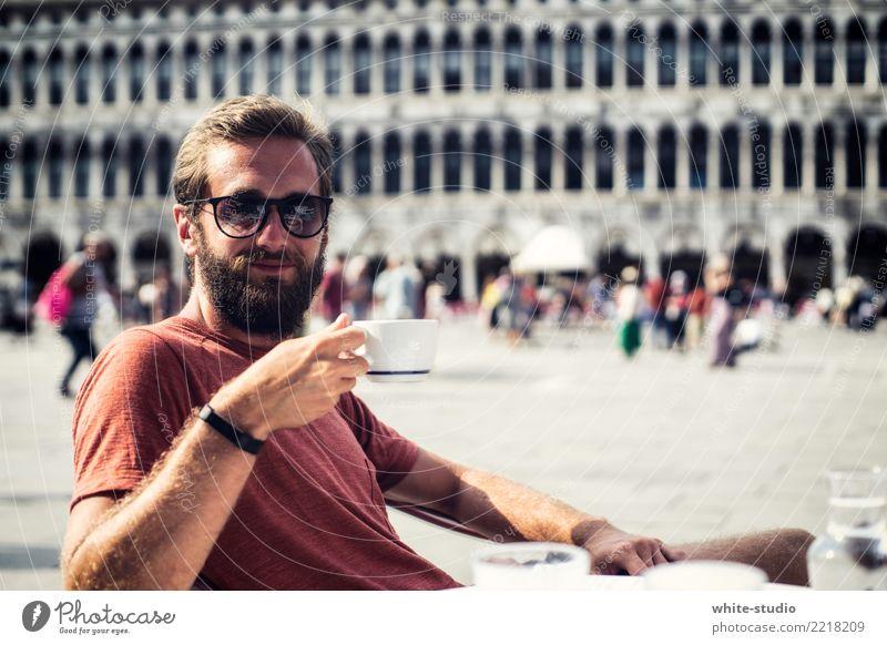 Genussmomente! Mann Erwachsene Erholung Stadt Glück Fröhlichkeit Zufriedenheit Lebensfreude selbstbewußt Coolness Venedig Markusplatz genießen Genusssucht
