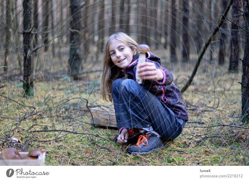 Steinpilz Kind Mensch Natur Mädchen Wald Herbst lachen Lebensmittel Kindheit Fröhlichkeit Lebensfreude Freundlichkeit 8-13 Jahre Suche Pilz finden