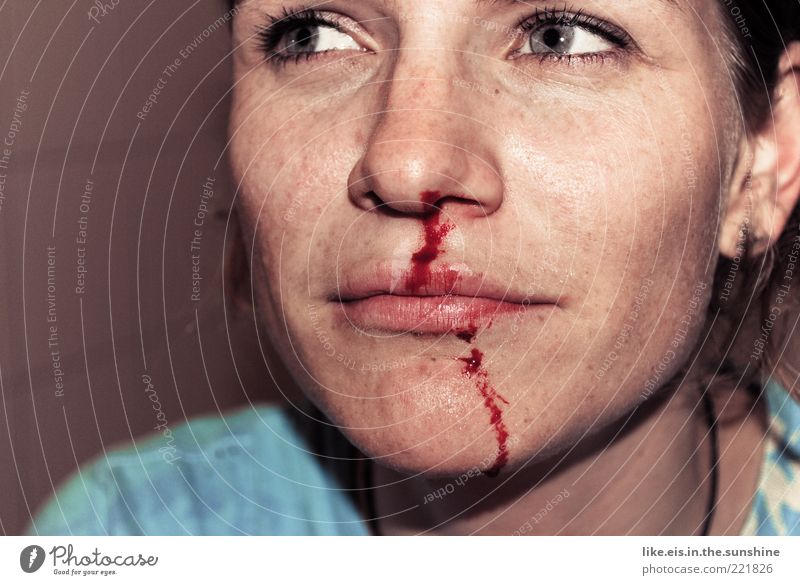 autsch! Junge Frau Jugendliche Erwachsene Leben Kopf Nase Lippen 1 Mensch 18-30 Jahre Wetter brünett rot Schmerz Wut Konflikt & Streit Nasenbluten Blut
