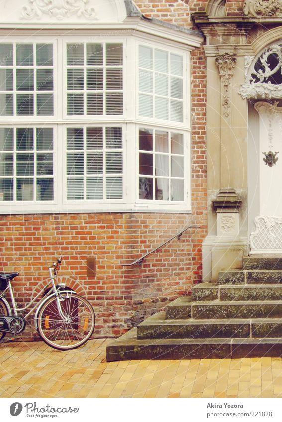 Abgestellt Haus Gebäude Architektur Treppe Fassade Fenster Tür alt ästhetisch eckig elegant historisch rot weiß Fahrrad verziert Farbfoto Gedeckte Farben