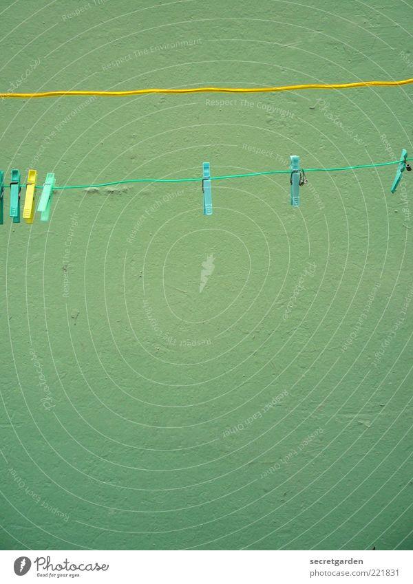 [HH 10.1] waschtag. Mauer Wand Fassade Wäscheleine Wäscheklammern Linie gelb grün Farbe türkis Seil Farbfoto Außenaufnahme Nahaufnahme Menschenleer