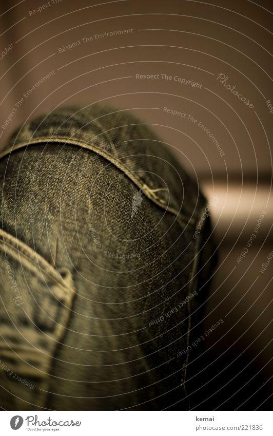 Jeans-Knie (LT Ulm 14.11.10) Beine Oberschenkel Mensch Bekleidung Hose Jeanshose Stoff Jeansstoff Naht sitzen blau grau Farbfoto Gedeckte Farben Innenaufnahme