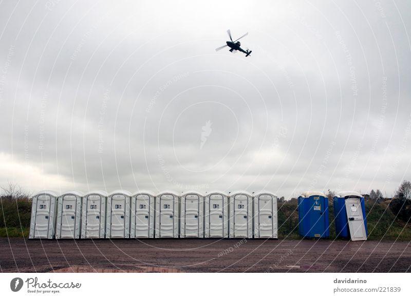 Apache überm Dixi Wolken fliegen Reihe viele fliegend Hubschrauber Gewitterwolken aufgereiht Flugschau Wolkenhimmel Wolkendecke Miettoilette Wolkenfeld Wolkenwand