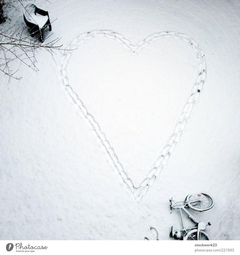 Herzkreis-Laufstörung Winter Schnee Garten Fahrrad Plastikstuhl Fußspur gehen Liebe groß verrückt Leidenschaft Begierde Ausdauer Sehnsucht Erwartung Kitsch