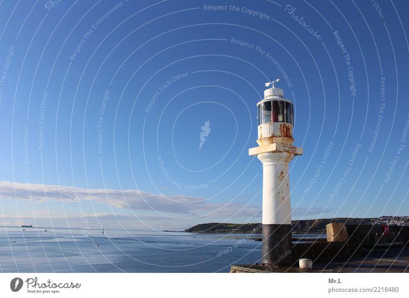 A rusty lighthouse Ferien & Urlaub & Reisen Abenteuer Wasser Himmel Wolken Hügel Berge u. Gebirge Küste Meer Kleinstadt Leuchtturm alt nass blau schwarz weiß