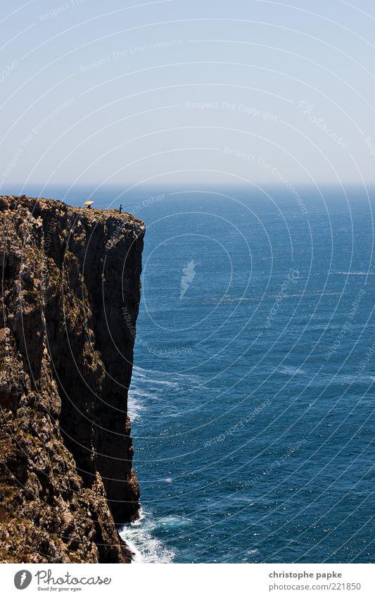 Klippenangler Mensch Natur Ferien & Urlaub & Reisen Meer Sommer Ferne Landschaft oben Wellen Felsen sitzen wild Abenteuer außergewöhnlich gefährlich bedrohlich