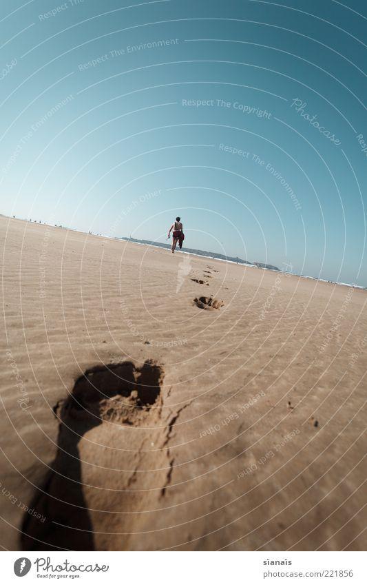 zum davonlaufen Ferien & Urlaub & Reisen Ausflug Abenteuer Ferne Freiheit Sommer Sommerurlaub Strand maskulin Fuß 1 Mensch Wolkenloser Himmel Schönes Wetter