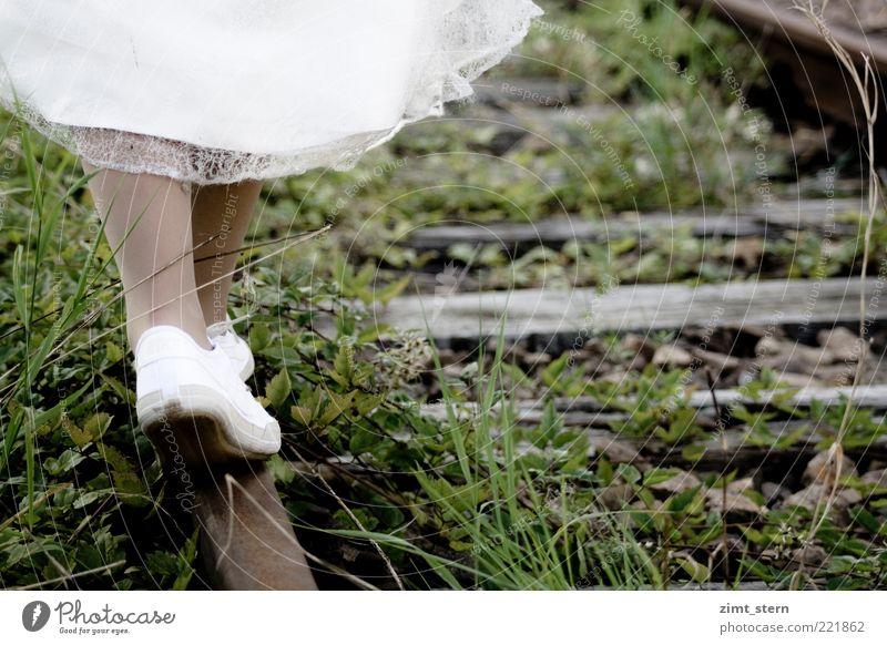 Ein neuer Weg Sommer Mensch feminin Frau Erwachsene Beine Fuß 1 Gras Gleise Rock Kleid Schuhe Turnschuh Stahl Rost gehen ästhetisch braun grau grün weiß