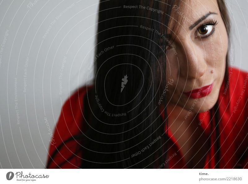 Nastya feminin Frau Erwachsene 1 Mensch Kleid schwarzhaarig langhaarig beobachten Denken Blick warten schön rot selbstbewußt Coolness Willensstärke Mut