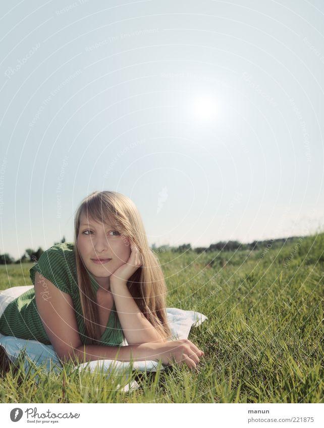 denk ich an Sommer... Mensch Natur Jugendliche schön Sommer Ferien & Urlaub & Reisen Ferne Leben Erholung Wiese feminin Gefühle Glück träumen Denken