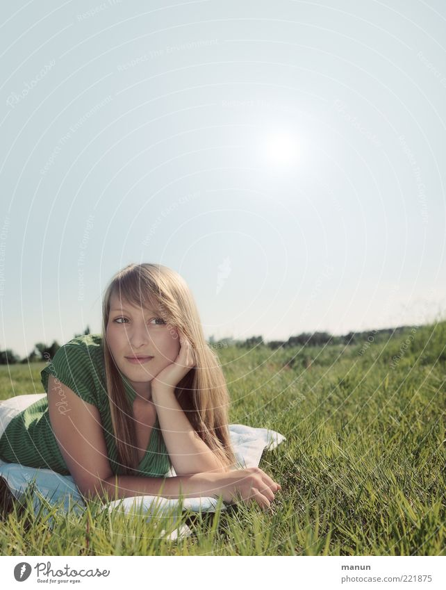 denk ich an Sommer... Wohlgefühl Erholung Sommerurlaub Sonnenbad Mensch Junge Frau Jugendliche Erwachsene Leben 1 Natur Schönes Wetter Wiese beobachten Denken