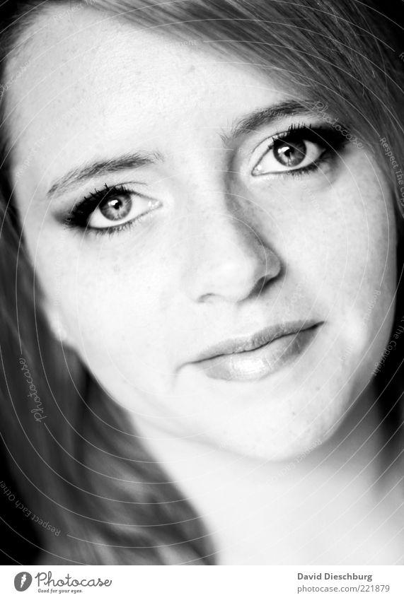 Die Gelassenheit steht ihr gut Mensch Jugendliche schön ruhig Erwachsene Gesicht Auge feminin Haare & Frisuren Kopf Junge Frau 18-30 Jahre Haut Mund Nase