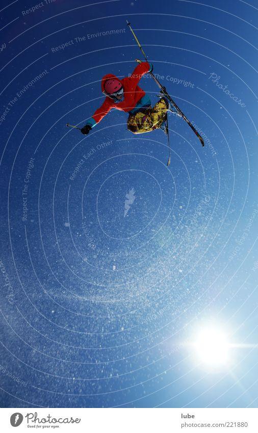 Hoch hinaus Mensch Sonne Winter Sport Schnee springen Luft fliegen frei Tourismus Skifahren Skier sportlich Dynamik Schönes Wetter Momentaufnahme