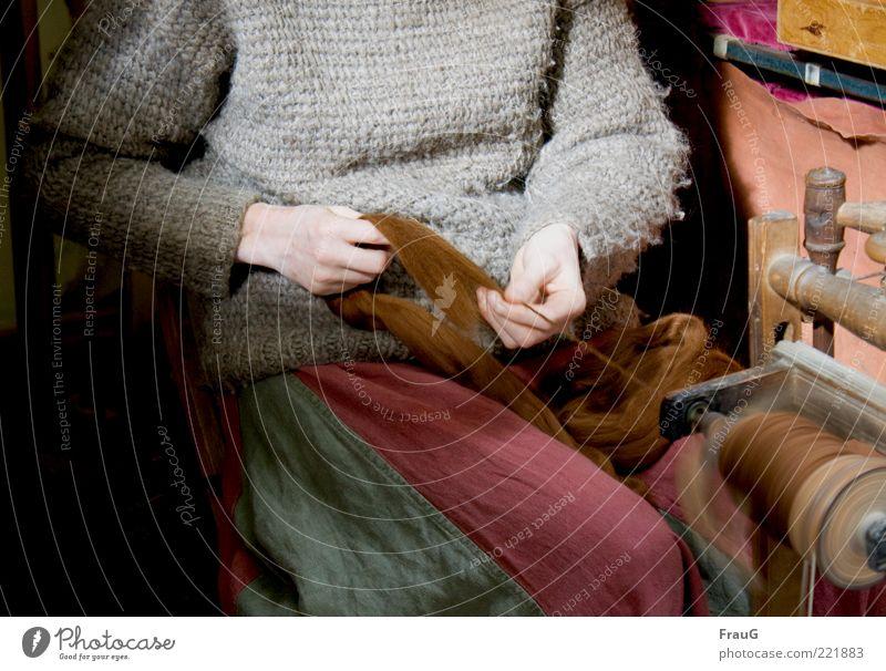 Sie spinnt... Mensch Frau Erwachsene grau braun sitzen Finger Schnur historisch Vergangenheit Rock drehen Handwerk Pullover Tradition spinnen
