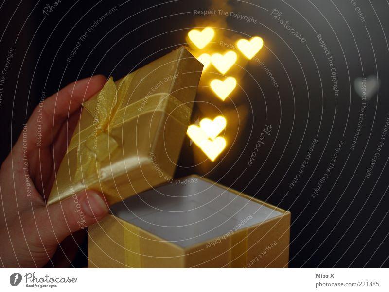 für Chris (wie versprochen) Hand schön Liebe Gefühle Glück Herz gold Geburtstag glänzend Geschenk Romantik Kitsch Überraschung Verliebtheit Schachtel aufmachen