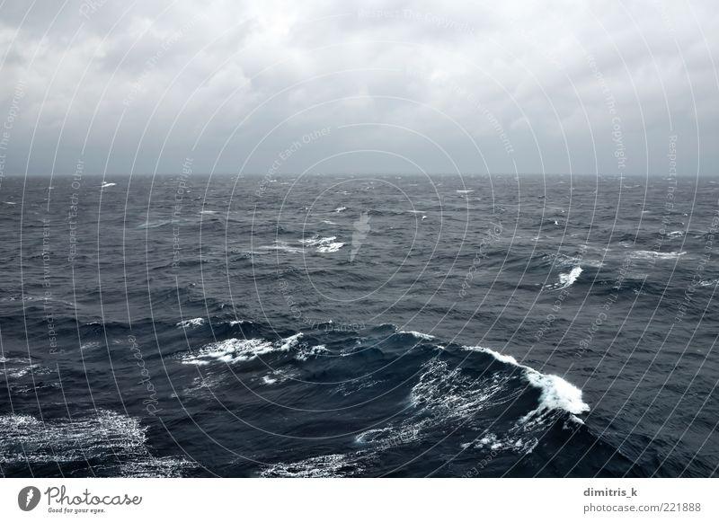 stürmische See Meer Wellen Natur Landschaft Himmel Wolken Horizont Wetter Unwetter Wind Küste dunkel blau schwarz Leidenschaft wolkig rastlos übersichtlich