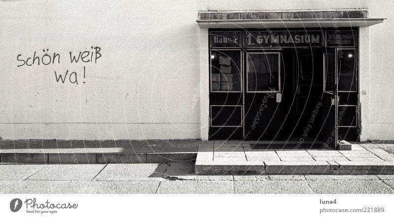 Schön weiß wa! Schulgebäude Gebäude Mauer Wand Fassade Beton Schriftzeichen Graffiti ästhetisch lustig Kreativität beschmiert bemalt schön Schwarzweißfoto