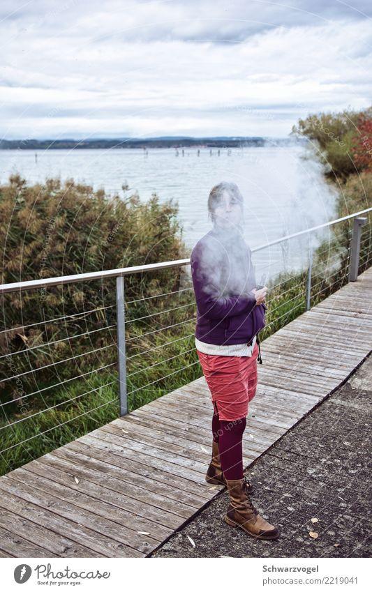Hansine Dampf Rauchen Erholung Freiheit Sommer Mensch feminin Junge Frau Jugendliche 1 18-30 Jahre Erwachsene Klima Klimawandel Seeufer atmen stehen authentisch