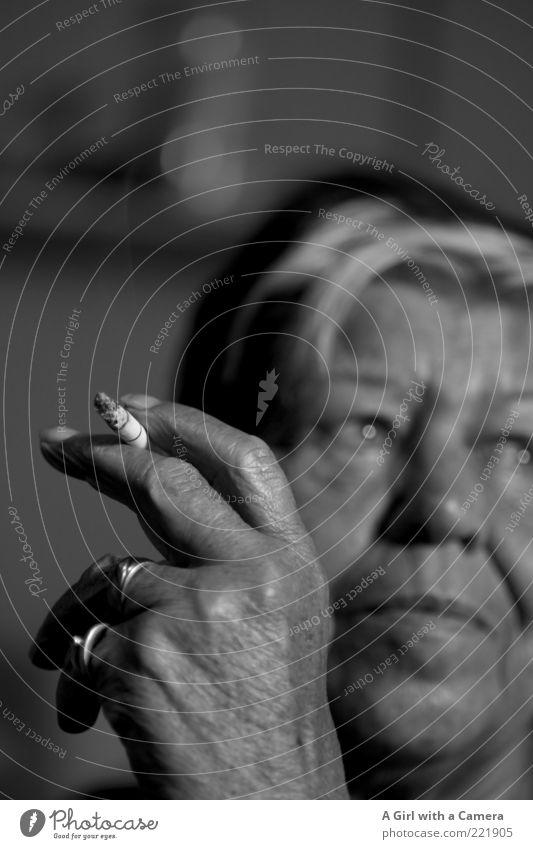 Raucher sind die besseren Menschen - teil 2 Frau Hand weiß schwarz Gesicht Erwachsene Leben Senior träumen Zufriedenheit außergewöhnlich nachdenklich