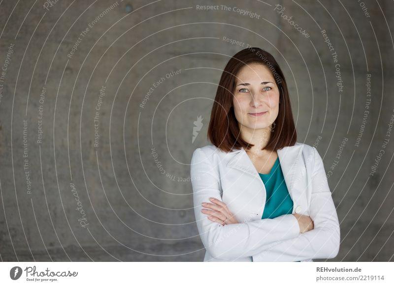 Karina | Businessportrait Bildung Student Beruf Mittelstand Karriere Erfolg Mensch feminin Junge Frau Jugendliche Erwachsene 1 18-30 Jahre Beton Lächeln stehen