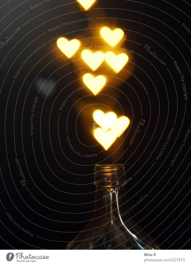 Promillezauber Liebe dunkel hell Herz glänzend offen leuchten viele Flasche Alkohol Verliebtheit Zauberei u. Magie aufsteigen Licht aufmachen Valentinstag