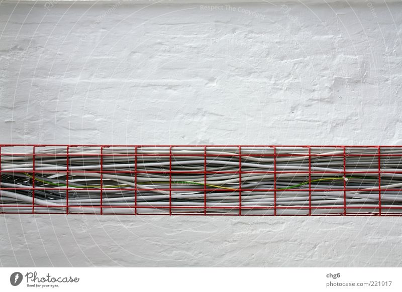 Exakt verlegt weiß rot schwarz Wand grau Mauer Metall Energie Energiewirtschaft modern Ordnung Technik & Technologie Kabel Telekommunikation Baustelle Handwerk