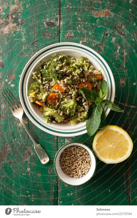 stay healthy Lebensmittel Gemüse Salat Salatbeilage Brokkoli Minze Minzeblatt Zitrone Möhre Sonnenblumenkern Ernährung Essen Bioprodukte Vegetarische Ernährung