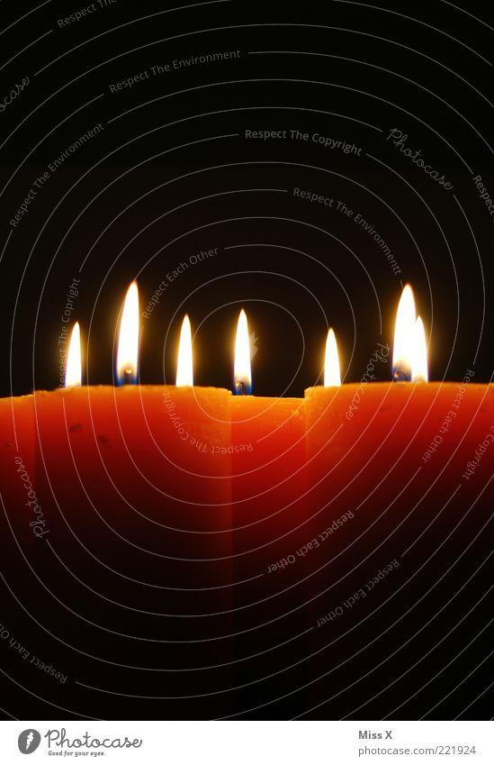 Kerzenschein leuchten dunkel Wärme Kerzenflamme Flamme Dekoration & Verzierung orange Romantik Farbfoto mehrfarbig Menschenleer Textfreiraum oben