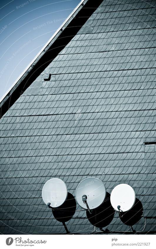 dreisat Himmel Haus grau Fassade rund Kabel Dach Nostalgie Antenne Entertainment Dachgiebel Schiefer Empfang Satellitenantenne Fernsehempfang