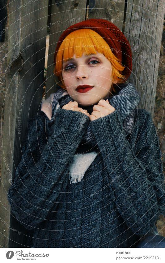 Mensch Jugendliche Junge Frau schön Winter 18-30 Jahre Gesicht Erwachsene Lifestyle Herbst feminin Holz Stil Haare & Frisuren grau orange