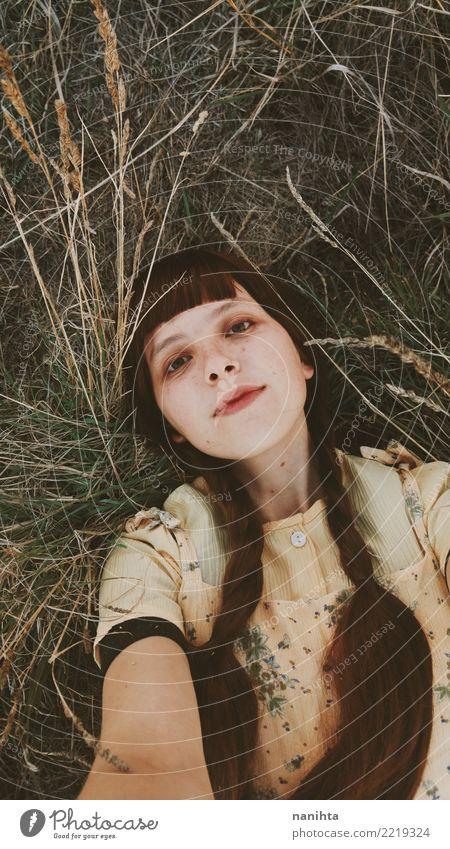Junge und naive Frau, die ein Selbstporträt nimmt Lifestyle Freude schön Haare & Frisuren Sommersprossen Wellness Wohlgefühl Erholung Mensch feminin Junge Frau