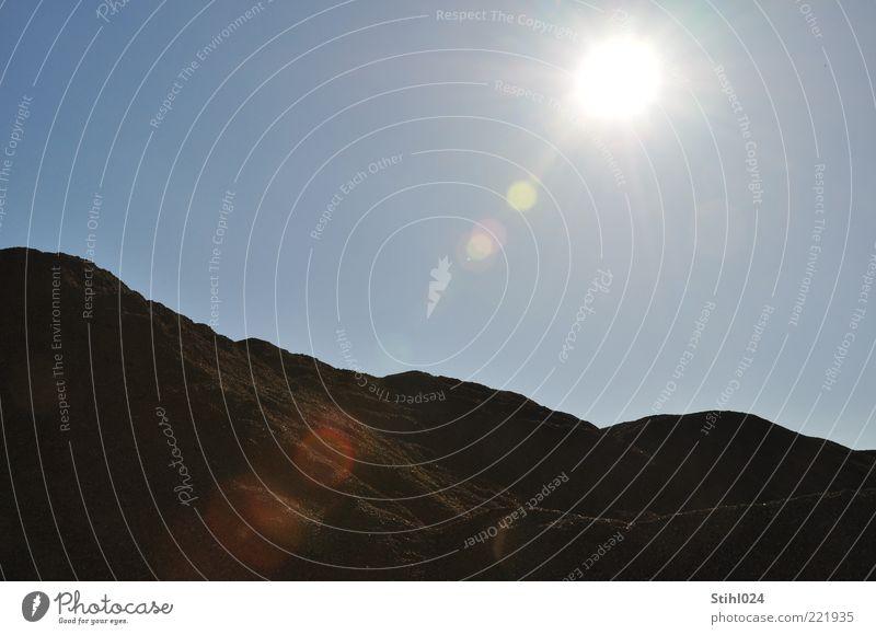 Sandgrube Landschaft Erde Himmel Wolkenloser Himmel Horizont Sonne Sonnenlicht Sommer Schönes Wetter Wärme Felsen Berge u. Gebirge natürlich blau braun schwarz