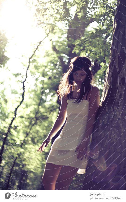 Mielikki Mensch Natur Jugendliche grün weiß Wald Erwachsene Junge Frau feminin 18-30 Jahre Mode träumen Stimmung braun nachdenklich Kleid