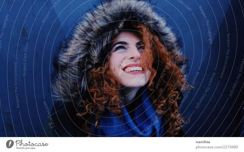 Mensch Jugendliche Junge Frau blau schön rot Winter 18-30 Jahre Erwachsene Leben Lifestyle feminin Stil lachen Haare & Frisuren elegant