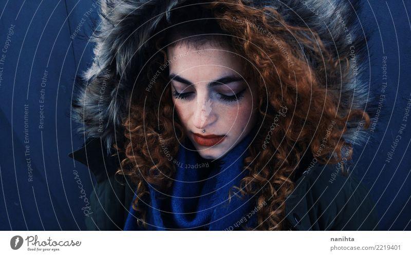 Schöne Rothaarigefrau mit Winterkleidung Mensch feminin Junge Frau Jugendliche 1 18-30 Jahre Erwachsene Mantel Pelzmantel Fell Piercing Schal Haare & Frisuren