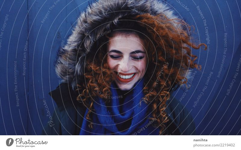 Junge Rothaarigefrau, die Winterkleidung lächelt und trägt Lifestyle Stil Freude schön Sommersprossen Wellness Leben Mensch feminin Junge Frau Jugendliche 1
