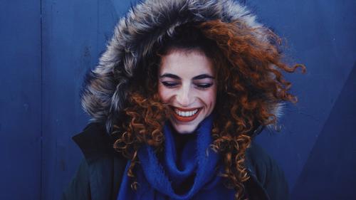 Mensch Jugendliche Junge Frau schön Freude Winter 18-30 Jahre Erwachsene Leben Lifestyle kalt Herbst feminin Stil lachen Haare & Frisuren
