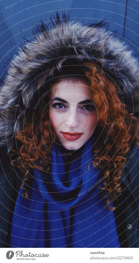 Junge Frau der Rothaarigen, die Winterkleidung trägt Mensch Jugendliche schön rot 18-30 Jahre schwarz Gesicht Erwachsene Wärme Lifestyle kalt feminin Stil