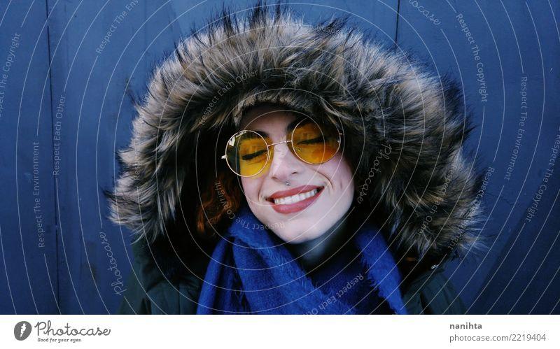 Junge Frau, die einen Pelzmantel und gelbe Gläser trägt Lifestyle elegant Stil Design exotisch Freude schön Haut Gesicht Mensch feminin Jugendliche 1
