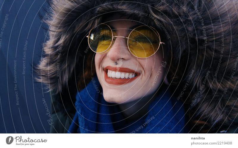 Glückliche tragende Winterkleidung der jungen Frau Mensch Jugendliche Junge Frau blau schön Freude 18-30 Jahre schwarz Erwachsene gelb feminin Stil lachen