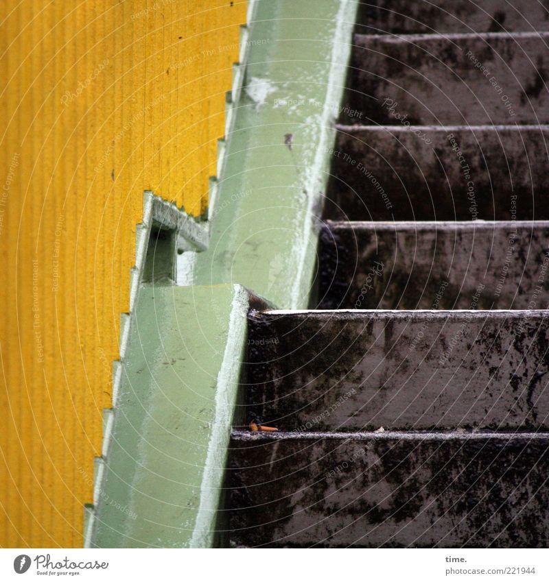 HH10.2 | Scrambling For Adventure grün gelb Wege & Pfade braun Metall Architektur Sicherheit Treppe aufwärts steigen diagonal Geländer Eisen parallel