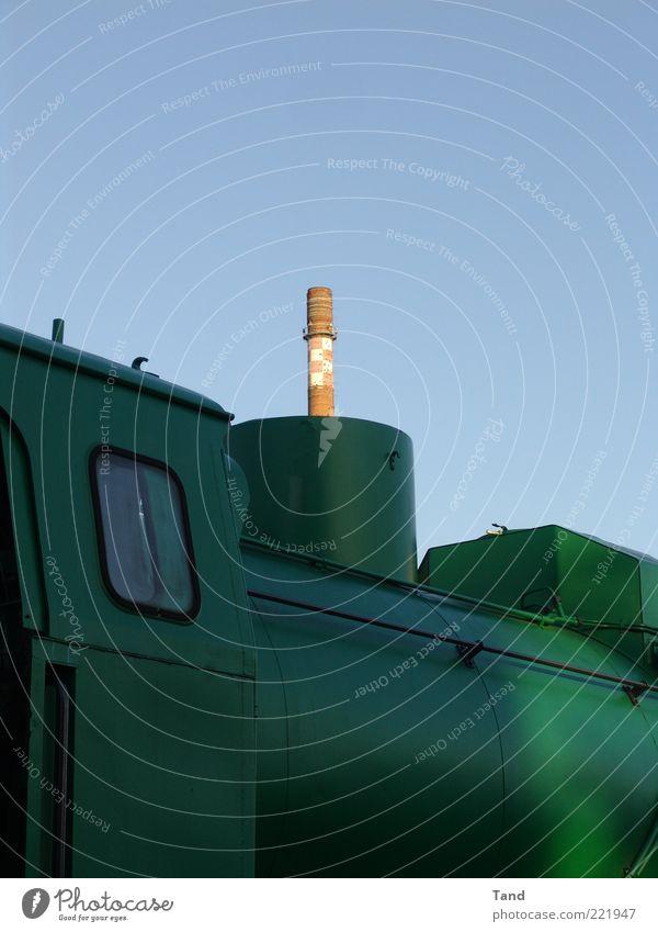 Schornstein Himmel grün Industrie Fabrik Turm außergewöhnlich bizarr Industrieanlage Lokomotive
