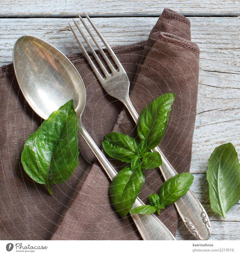 Weinlesegabel und -messer auf einer Serviette auf Holztisch Abendessen Besteck Gabel Design Tisch Feste & Feiern Platz alt dunkel hell retro braun grün Ordnung