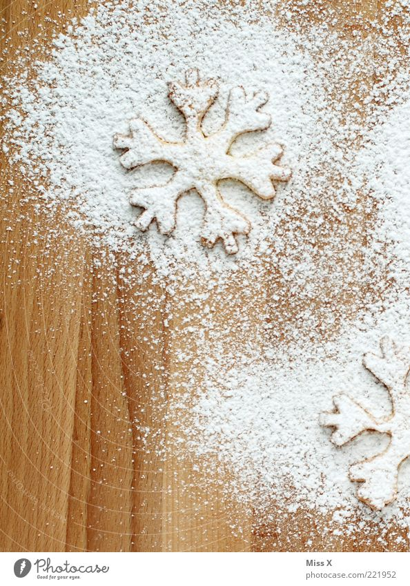 Plätzchen Lebensmittel Teigwaren Backwaren Ernährung lecker süß weiß Puderzucker Weihnachtsgebäck Weihnachtsdekoration Holzbrett Schneekristall Schneeflocke