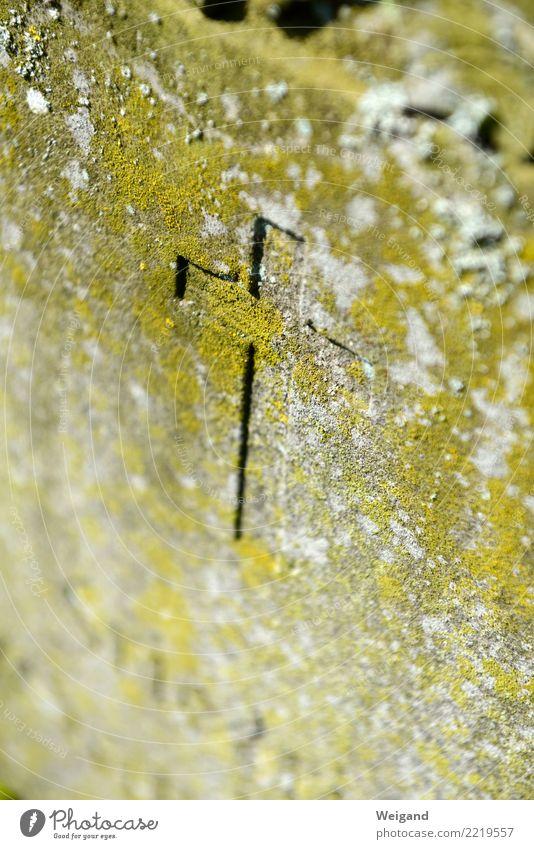 Steinkreuz Trauerfeier Beerdigung eckig trist trösten dankbar Traurigkeit Sorge Tod Einsamkeit Kreuz Friedhof Christentum Grabstein Allerheiligen Allerseelen