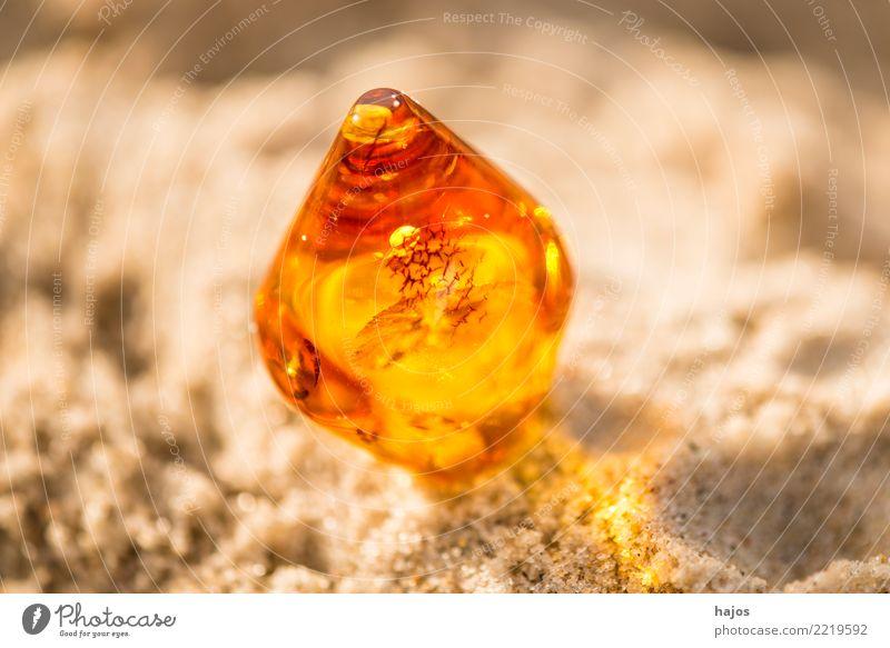Bernstein am Ostseestrand Alternativmedizin Medikament Strand Schmuck Stein alt leuchten hell Wärme gelb Kette Haslkette baltisch Kies Sandstrand Baumharz